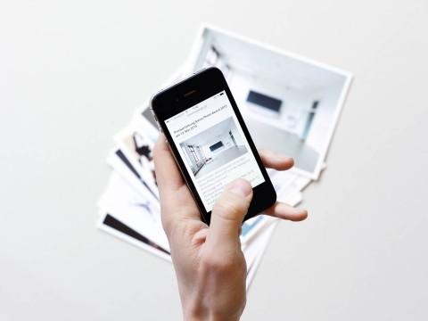 Unterschiedliche Fotografie Postkarten im Hintergrund und Webseite vonRoman Weyeneth auf mobile im Vordergrund